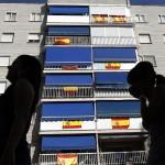 """Banderas de España por carteles de """"SE VENDE"""""""